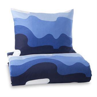 Det vidunderlige Aalto-sengesettet fra Finlayson forestiller bølgene i det finske sjølandskapet og blir veldig harmonisk i soverommet. Det herlige mønsteret ble designet av Eine Lepistö i 1977 og er en ekte klassiker. De store bølgene er veldig tidstypiske for 1970-tallet da store mønstre var veldig populære. Aalto-sengesettet består av ett dynetrekk og ett putevar og er perfekt for deg som liker Skandinavisk retrodesign!