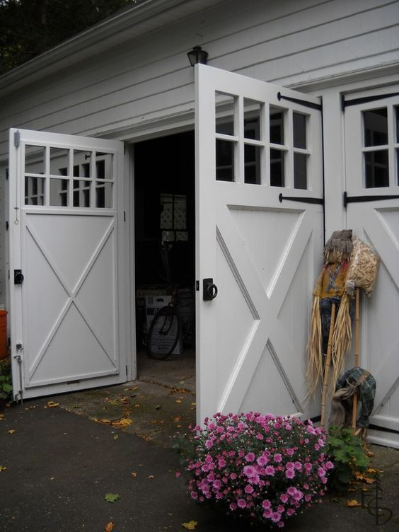 Barn door style swinging garage door