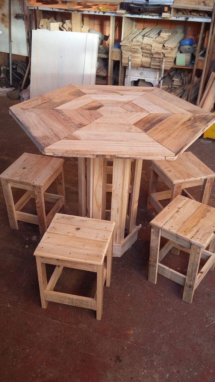 Uma mesa hexagonal rústica, diferente, única e exclusiva, feita artesanalmente por nós Garagem dos Paletes
