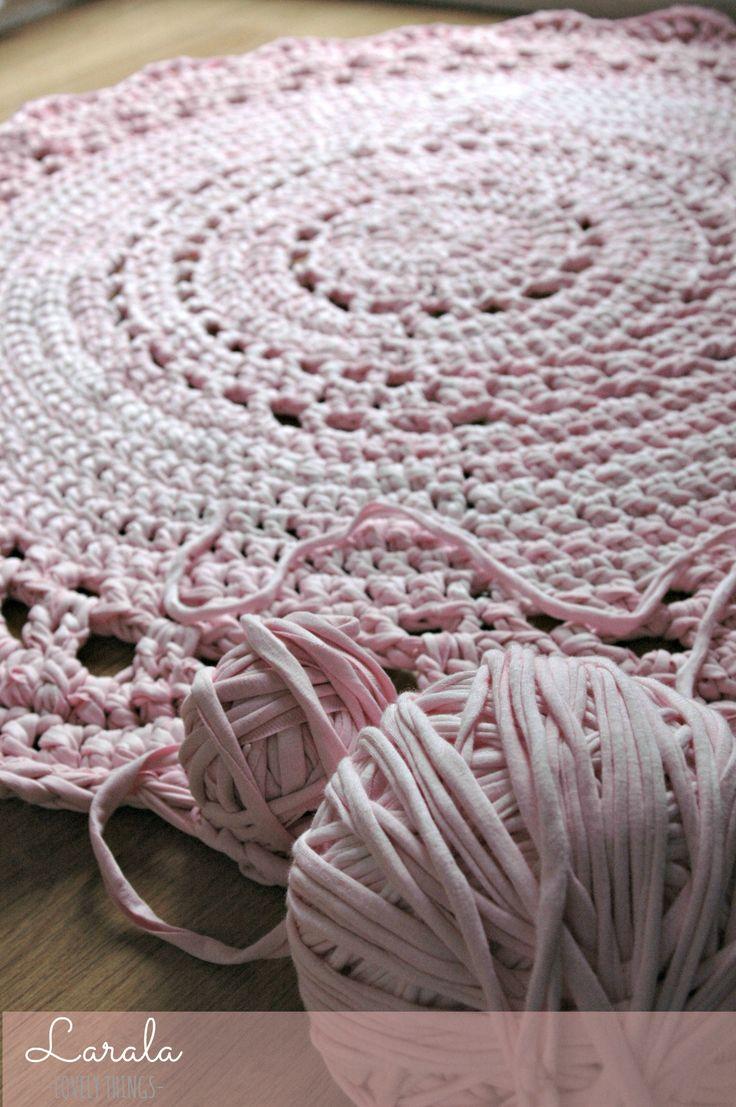 Alfombra circular con calados hecha a mano con trapillo