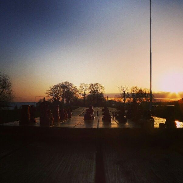 Sunnhordland folkehøgskole. Sjakk i solnedgang. www.sunnfolk.no