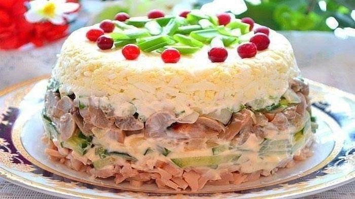 """Салат """"Рицца"""" невероятно простой, а выглядит настолько нарядным, что кажется, перед нами торт. На праздничном столе он будет смотреться великолепно!"""