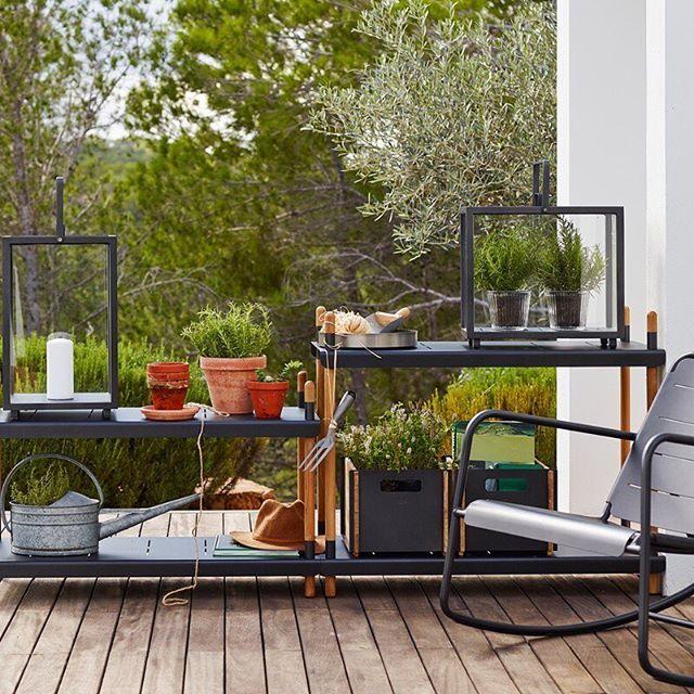 Frame fue diseñado para ser utilizado en interiores igual que al aire libre. Puedes usar los estantes en el exterior como parte de tu cocina al aire libre, o en la entrada de tu casa, para zapatos, bolsas etc. o hasta en el baño para almacenar las toallas