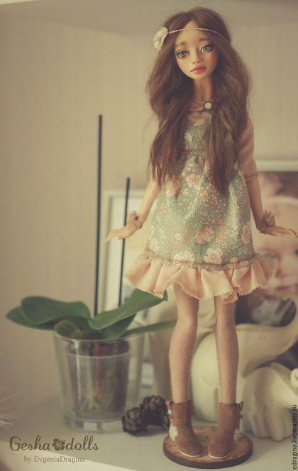 Купить или заказать Флория в интернет-магазине на Ярмарке Мастеров. В мире цветов тепло и прохладно, Целый букет ароматов и звуков... Каждый цветок — он по-своему нарядный... В форме изысканных праздничных кубков. В мире цветов я желала б остаться, Стать героиней рассказов и сказок, Чтоб красотой каждый день любоваться, Слиться с гармонией цвета и красок. (с) Куколка в смешанной технике (верхняя часть тела- шарнирная, материал Flumo; нижняя- текстиль, ножки статичны).