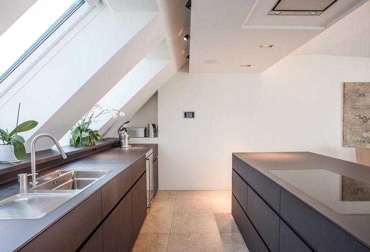 Echte Schreinerküche ohne sichtbare Griffe