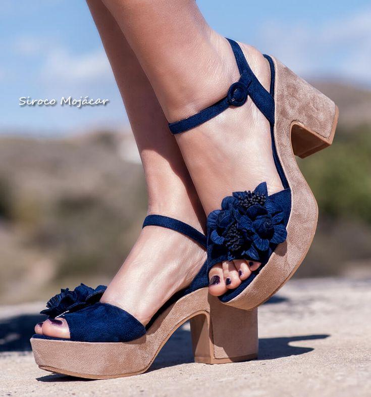Sandalias con tacón de color azul marino, ideal para ocasiones especiales. El Modelo amber con detalles de flores troqueladas es la mejor apuesta de esta nueva temporada. Para ver más modelos: https://www.indalas.com/es/12-sandalias  #sandalias