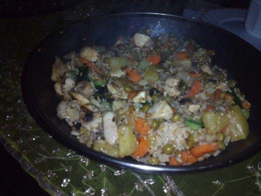 Arroz integral con pollo, zanahoria, guisantes, pepino, piña, champiñones, sesamo, semillas de lino, salsa tereyaki...y de acompañante salsa de soya! Todo un plato riquisimo en menos de 10 mins
