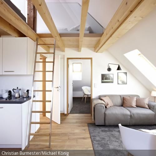 Dachschrägen sind was ganz besonderes, da sie schlichtweg Gemütlichkeit erzeugen. Diesen Wohn-/Koch-/Essbereich verbinden die durchgängigen Eichendielen und schaffen …