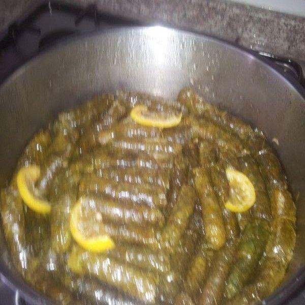 Derya Erkut'tan Zeytinyağlı Yaprak Sarması;   Zeytınyaglı yaprak sarması konusunda oldukca ıddalıyım, denemenızı onerırım.