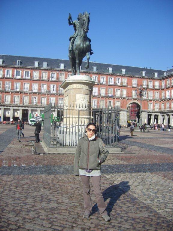 Bunca kaloriden sonra yürümeye devam. Plaza Mayor meydanına geliyoruz. Eskiden boğa güreşlerinin, idamların ve geçit törenlerinin yapıldığı güzel bir meydan burası... Daha fazla bilgi ve fotoğraf için; http://www.geziyorum.net/madrid-gezisi/