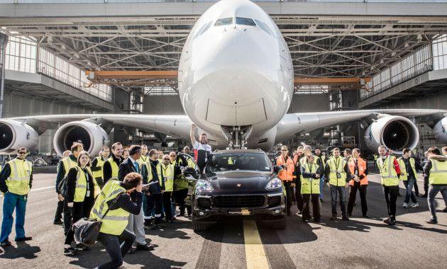 Компания Porsche совместно с авиаперевозчиком Air France посягнули на мировой рекорд для серийных автомобилей. Посягнули и вписали свои имена в Книгу рекордов Гиннесса. В пресс-офисе немецкого автопроизводителя подчеркнули, что для установки рекорда использовался стандартный Porsche Cayenne, то есть в компании нам буквально говорят: и ваш кроссовер способен на такие безумства, но с соблюдением всех мер безопасности. Фаркоп, к слову, как заявляют, тоже стандартный, но под него было…
