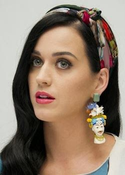 Katy Perry, banda lazo estampada http://cuchurutu.blogspot.com.es/2014/02/peinada-con-lazo.html