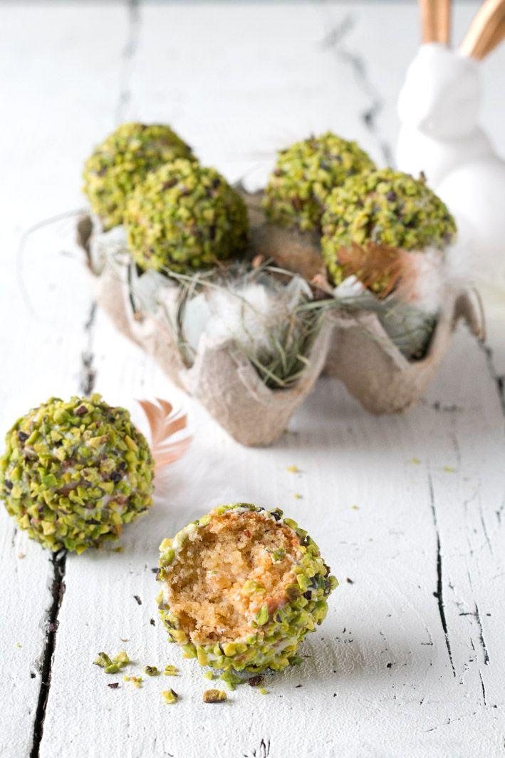 Eierlikör-Kuchen-Pralinen mit weißer Schokolade und Pistazien für Ostern. | Foodlovin.de