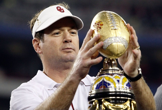 Coach Bob Stoops wins another trophy! no surprise!