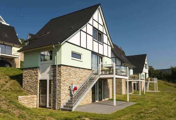 10-persoons bungalow 10EL  Description: Pluspunten:- Gelegen in Nationaal Park Eifel- Bij groot meer: de Rursee met bootverhuur (600 m) en strand- Overdekt en openluchtzwembad met peuterbad- Vissen in het stuwmeer- Wandel - fiets- en autoroutesLigging van Landal Eifeler TorAfstand vanaf Utrecht: 242 km. Landal Eifeler Tor ligt in het plaatsje Heimbach dat aan de rand van Nationaal Park Eifel ligt op ongeveer 45 km voorbij Aachen en 90 km van Maastricht. Het park is schitterend gelegen op een…