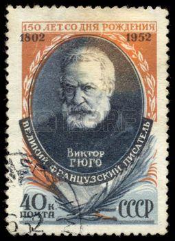 romantic poet: USSR - CIRCA 1952: Un timbre imprimé en URSS montre Victor Hugo (1802-1855), écrivain français, le 150e anniversaire de la naissance de Victor Hugo, vers 1952 Éditoriale