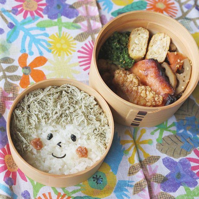 久しぶりに基本の顔弁☺︎ 顔のパーツは海苔で。髪はとろろ昆布、ほっぺは梅干しです。 . 焼き鮭、唐揚げ、焼豚入り卵焼き、ブロッコリーのナムル、人参と蓮根のきんぴら . grilled salmon, fried chicken, omelet with roast pork, broccoli salads, kinpira-style sauteed lotus roots & carrot . #bento #お弁当 #暮らし #お昼ごはん #lunch #ランチ #料理 #Cooking  #Japanesefood #meal #lunchbox #vsco #instafood #手作り弁当 #サラメシ #micvany #lin_stagrammer #KURASHIRU #キャラ弁 #大人のデコ弁 #顔弁 #デコ弁 #deco #face #曲げわっぱ #基本 #ハンカチ #kodue #弁当