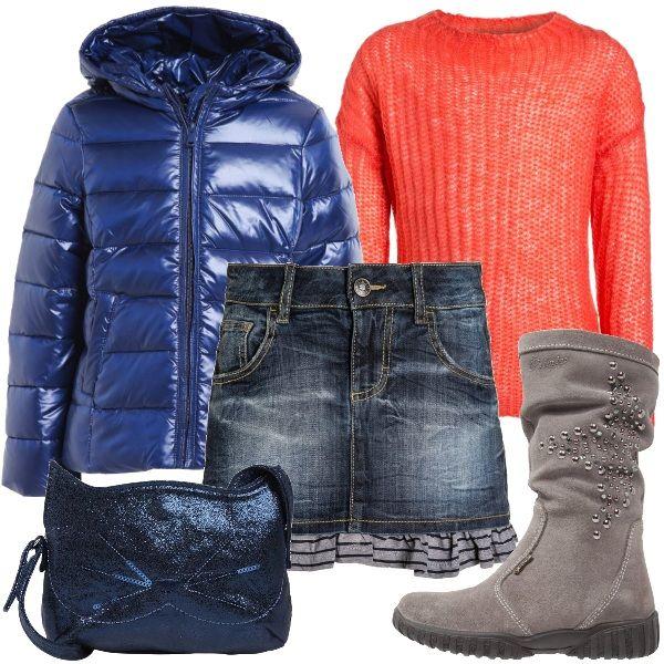 Piumino blu scuro con cappuccio abbinato a maglione con scollo tondo color corallo e gonna di jeans blu scuro. Completano l'outfit gli stivali alti scamosciati con borchiette color grigio e la borsa a tracolla blu scuro a forma di micio.
