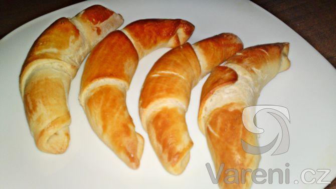 Recept na výborné máslové domácí rohlíky, které nemusí dlouho kynout a prakticky se hned upečou.