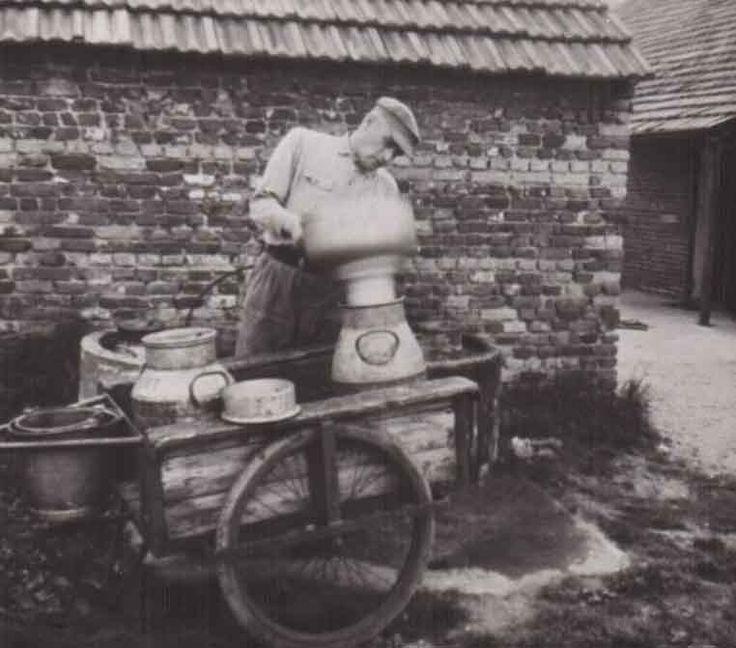 Eerst de koeien gemolken in de wei en de bussen gevuld met melk naar huis, daarna de melk zeven en de kannen aan de weg zetten, zodat de mel...