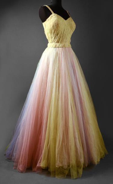 Robe du soir, vers 1950, bustier à bretelles en tulle jaune paille bouillonné et smocké, jupe corolle en mille-feuilles de tulle arc-en-ciel  En savoir plus sur http://www.paperblog.fr/6895597/vente-d-etoffes-papiers-peints-costumes-et-haute-couture/#mHRLuISYXd96AR5U.99