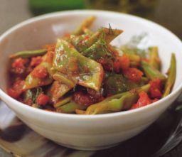 Vihreät pavut tomaatin ja tillin kera