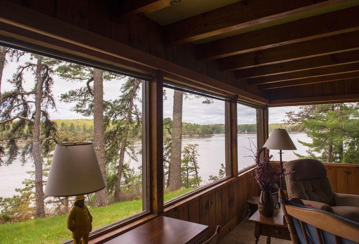 Cabana no Maine (EUA) é revestida por pinus e tem vista para lago
