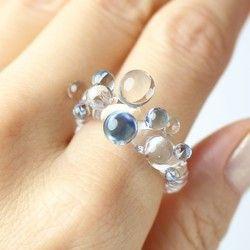 半透明の青いガラスのリングのふちに透明のつぶつぶが並ぶ、上品な耐熱ガラスの指輪です。**…
