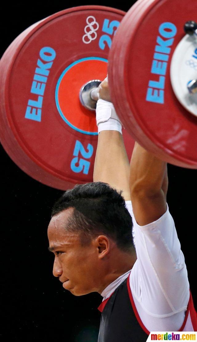 Triyatno saat angkat besi seberat 333 kg di arena Excel London, Rabu (1/8).