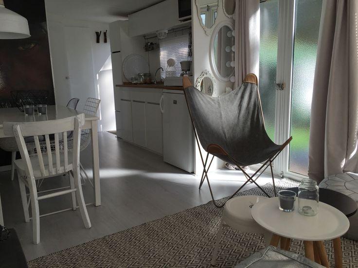 Mini-huisje, stacaravan, mobilehome, fotobehang, wit laminaat, meubelen, styling en Interieuradvies by DHome