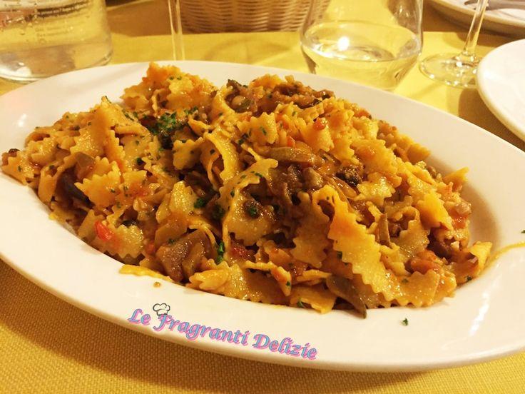 La pasta rozza alla contadino è un primo di pasta molto saporito, preparato con pasta fresca e condito con verdure, pinoli e funghi secchi.