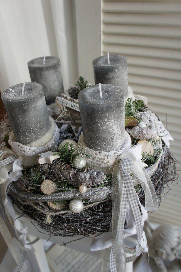 Weihnachtszeit für alle Sinne…. ein frisch duftenden Adventskranz, das frische Grün der Konifeeren, der Glanz des Lichtes…. Durchmesser ca. 36cm Höhe ca. 23cm Die Kerzen sind Save-Candles…