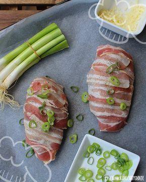 Low Carb Rezept für gefüllte Hähnchenbrust im Speckmantel. Wenig Kohlenhydrate und einfach zum Nachkochen. Super für Diät/zum Abnehmen.