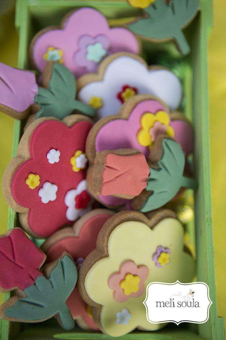 Μπορεί η ζαχαροτεχνία να είναι τέχνη και να προσπαθούμε να εντυπωσιάσουμε με τα χρώματα και τα σχέδια των μπισκότων που κάνουμε αλλά αν το μπισκοτάκι δεν είναι νόστιμο...χάνεται όλη η μαγεία! Πολλές από τις φίλες μου που δοκιμάζουν τα μπισκότα της MeliSoula με ρωτάνε πως καταφέρνω να τα κάνω τόσο βο