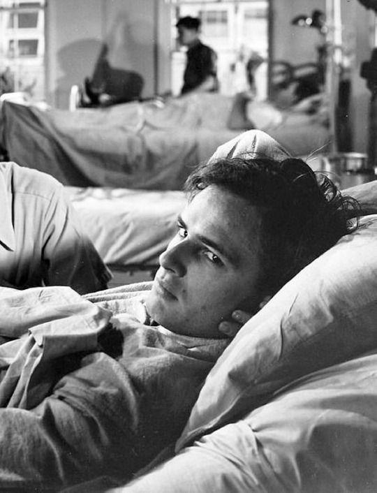 Marlon Brando resting during the filming of The Men  (Fred Zinneman, 1950)