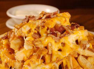Batata frita com queijo cremoso e calabresa