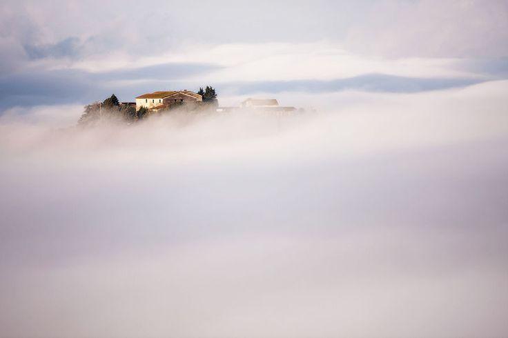 Vivere immersi nella nebbia: piccoli paesi in Italia e Polonia fotografati nella nebbia