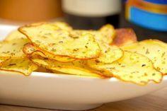 Opskrift på kartoffelchips i ovn. Meget sprøde chips helt uden friture, og kartoflerne smages til med lidt oregano og groft salt. Er du vild med chips? Så skal du lave disse kartoffelchips i ovn. D…