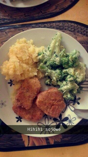 Kotlety sojowe, ziemniaki, brokuły w sosie serowym. ❤