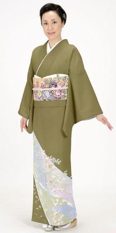 シックなブロンズ地の中にやさしい色合いの吉祥模様の梅、ボタン、松の模様の色留袖。結婚式にぴったりの色振袖まとめ。ウェディング・ブライダルの参考に
