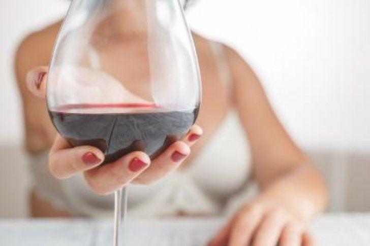 Una investigación sugiere otro efecto benefactor de tomar una copa de vino tinto al día, pues un compuesto muy conocido del vino tinto y de algunas frutas como los arándanos, las frambuesas y las moras, el resveratrol, puede proteger nuestras neuronas contra los efectos no deseados del envejecimiento. De hecho, el estudio sugiere que los beneficios pueden ser equivalentes a los de h...