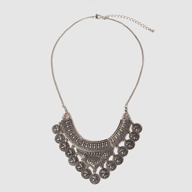 Halskette im Ethno-Stil. Sitzt dicht am Hals. Mit kleinen Anhängern verziert. Altsilberfarbenes Metall. Länge  45 cm.