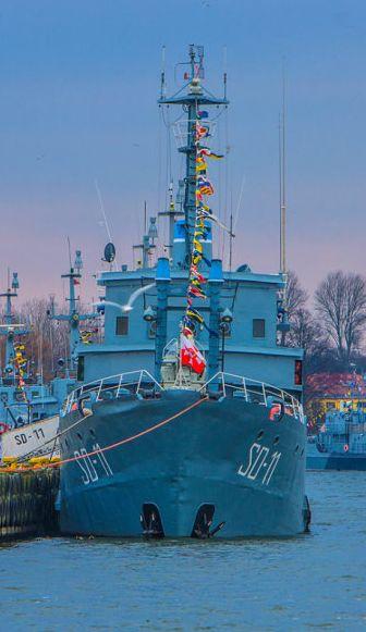 97 lat polskiej Marynarki Wojennej – Wielka gala banderowa na okrętach MW. http://kontakt24.tvn24.pl/97-lat-polskiej-marynarki-wojennej-wielka-gala-banderowa-na-okretach-mw,2991446,ugc