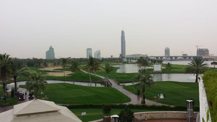 Dubai Creek Golf & Yacht Club PAR 71 GRUNDAD 1993 DESIGN THOMAS BJÖRN BLÅ TEE 6 857 M RÖD TEE 5 325 M HCP D36/H28 En bana med fantastiska ondulerande fairways med avgränsningar av sjöar och palmer. En bana för alla att njuta av, även om den kräver viss noggranhet och strategi då många av greenerna erbjuder många vägar. Dubai Creek har vid flera tillfällen varit värd för PGA European Tour.
