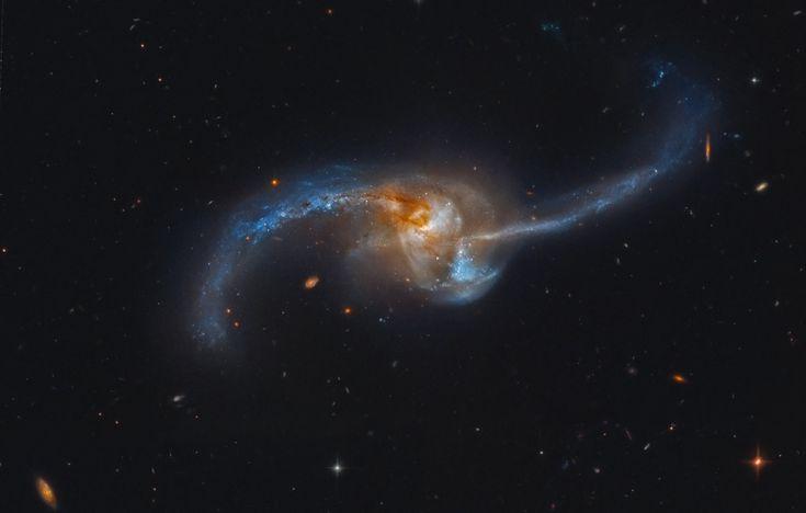 A foto acima mostra a galáxia NGC 2623, que é na verdade um par de galáxias em processo de formar uma só.  O telescópio Hubble fotografou a fase final dessa titânica fusão de galáxias. Elas estão a cerca de 300 milhões de anos-luz de nós, na constelação de Câncer.