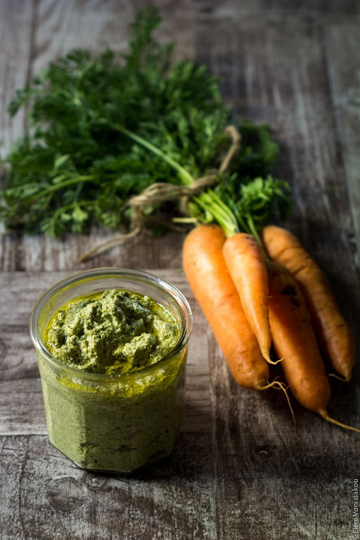 Carrot top pesto with toasted almonds www.thefoodiecorner.net - Πέστο με φύλλα καρότου και αμύδγαλα www.thefoodiecorner.gr