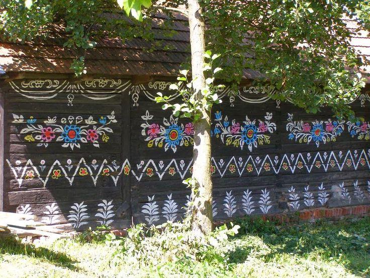 Pintado Vila ~ Kuriositas da Polónia: ZalipieUma mulher em particular manteve e desenvolveu a tradição. Felicja Curyłowa (1904 - 1974) tornou-se tão obcecados com as decorações florais que ela abrangidos quase todas as superfícies possíveis de sua casa de três bedroomed com seus adornos ornamentado. Não é novidade que sua casa foi transformada em um museu, para ser preservado como o epítome desta arte popular maravilhoso.