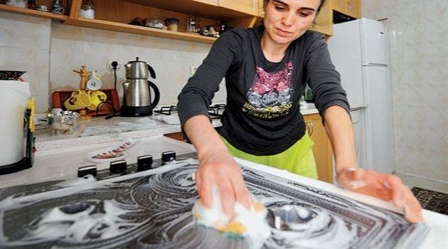 Bir litre sıcak suyun içine, bir yemek kaşığı boraks ve yarım yemek kaşığı arapsabunu koyup iyice karıştırın.