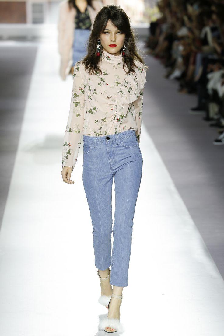 Shop #Topshop now on #AMAZE: http://on.amz.az/1IK8LkT Topshop Unique Spring 2016 Ready-to-Wear Fashion Show - Imaan Hammam