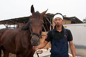 Der junge Samurai Mazaki Hangui mit seinem Hengst Jupiter. Seit Monaten trainiert der dreifache Vater neben seinem Job nur für das berühmte Reiterfest (Foto von: Medienkontor / J. Michael Schumacher)